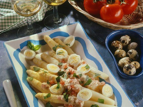 Spargel mit Tomaten-Ricottacreme und Wachteleiern