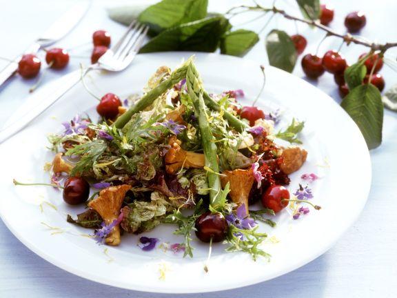 Spargel-Pfifferlingssalat mit Kirschen und Essblüten
