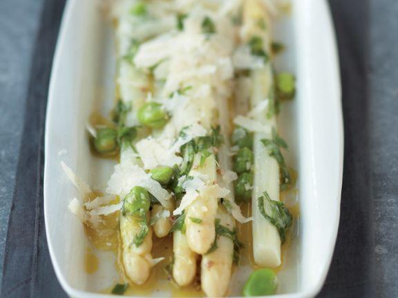 Spargelsalat mit dicken Bohnen und Parmesan