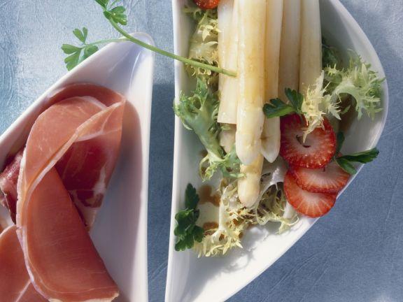 Spargelsalat mit Erdbeeren und Parmaschinken