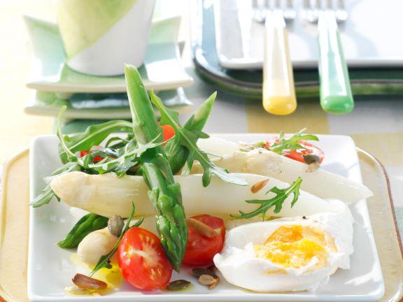 Spargelsalat mit Rauke und pochiertem Ei