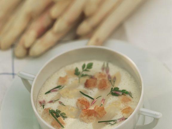 Spargelsuppe mit knusprigen Brotwürfeln