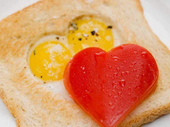 Spiegelei-Toast mit Herz aus Paprika