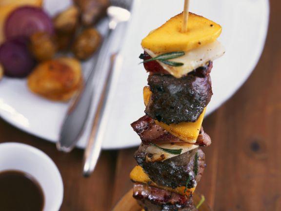 Spieß mit Hirschfleisch dazu Kaffeesoße und Kartoffel-Maroni-Gröstl