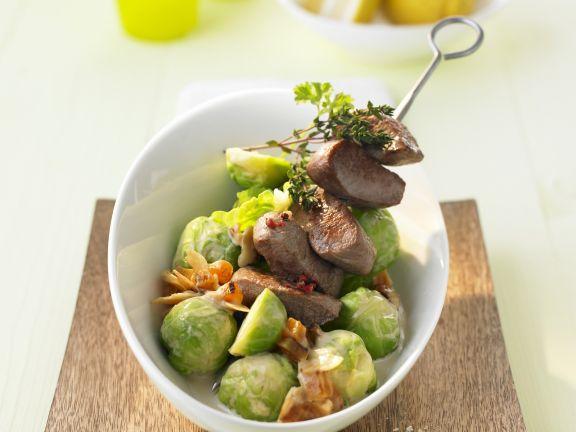 Spieß mit Lamm dazu Rosenkohl-Aprikosen-Gemüse