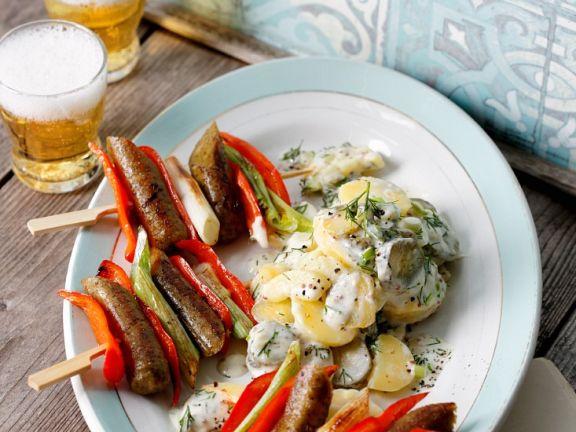 Spieße aus Tofuwurst und Paprika mit Dill-Kartoffelsalat