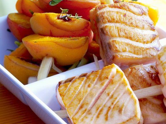 Spieße mit Aprikosen und Lachs vom Grill