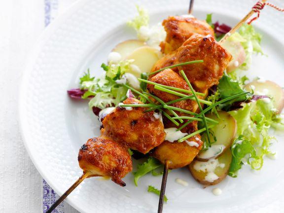Spieße mit Hähnchenbrust auf Kartoffelsalat
