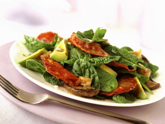 Spinat-Avocadosalat mit Salami