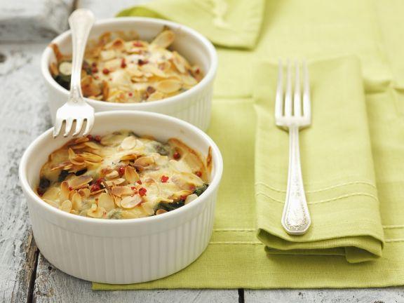 Spinatgratin mit Käse und Mandeln