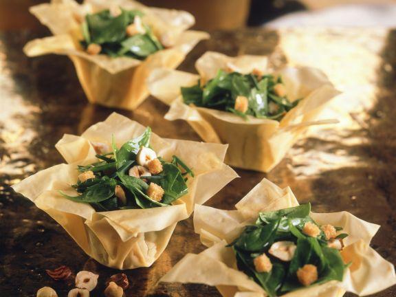 Spinat-Haselnuss-Salat mit Croutons im Filokörbchen