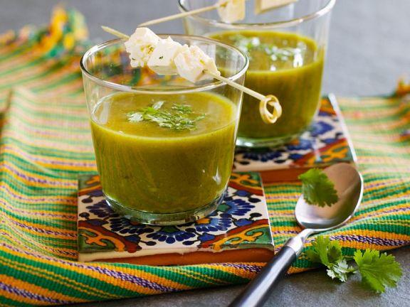 Spinat-Koriandersuppe mit Käse-Spießchen