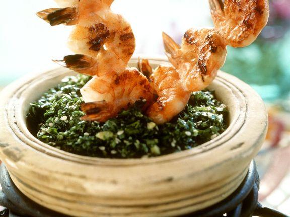 Spinat mit Garnelenspießen