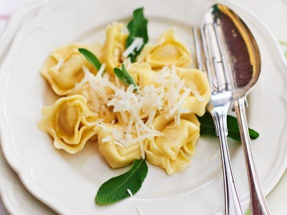 Spinat-Ricotta-Ravioli in Orangen-Salbei-Butter