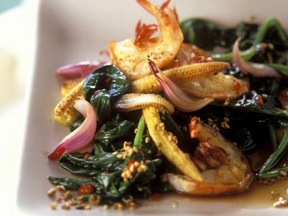 Spinat-Shrimps-Pfanne mit Maiskölbchen auf asiatische Art