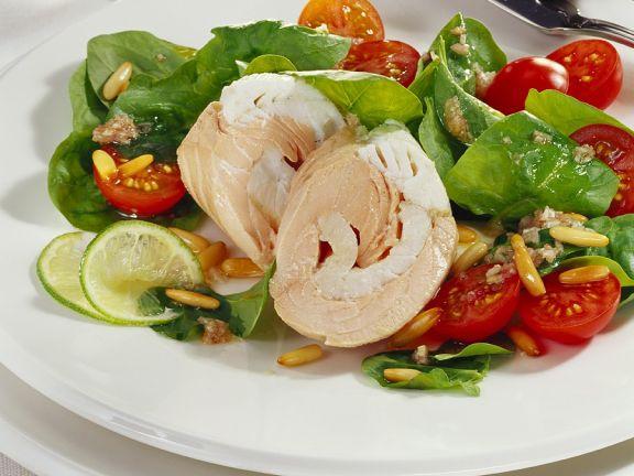 Spinat-Tomatensalat mit pochiertem Fisch