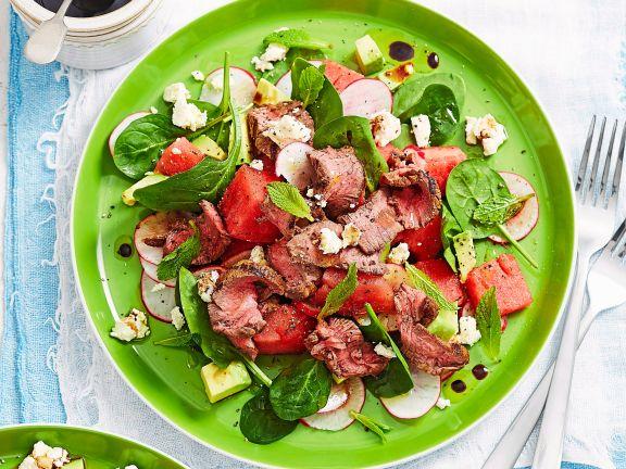 Spinat-Wassermelonen-Salat mit Rindfleisch