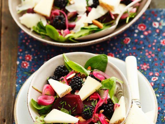 Spinatsalat mit Beeren und Käse