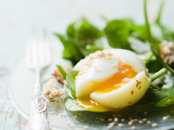 Spinatsalat mit Ei und Sesam