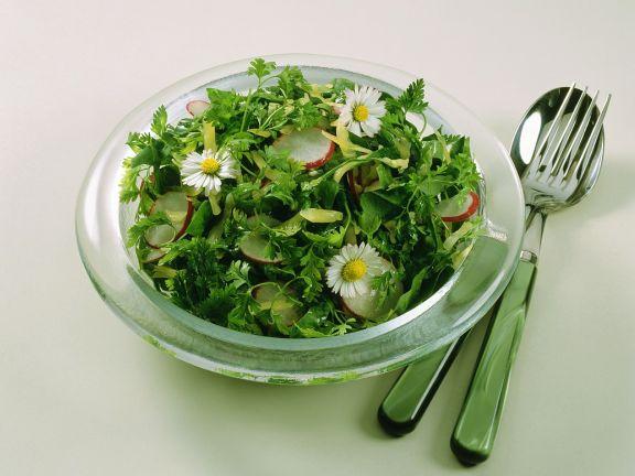 Spinatsalat mit Gänseblümchen