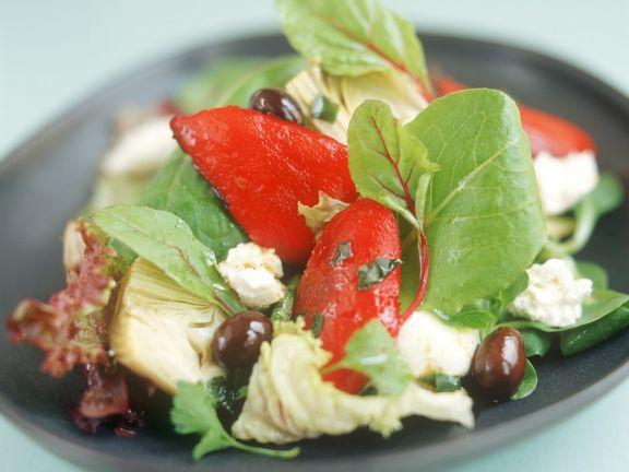 Spinatsalat mit Gemüse und Käse