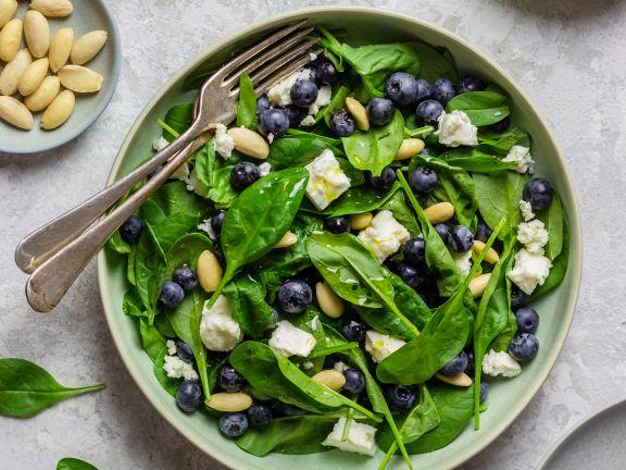 Spinatsalat mit Heidelbeeren, Mandeln und Feta