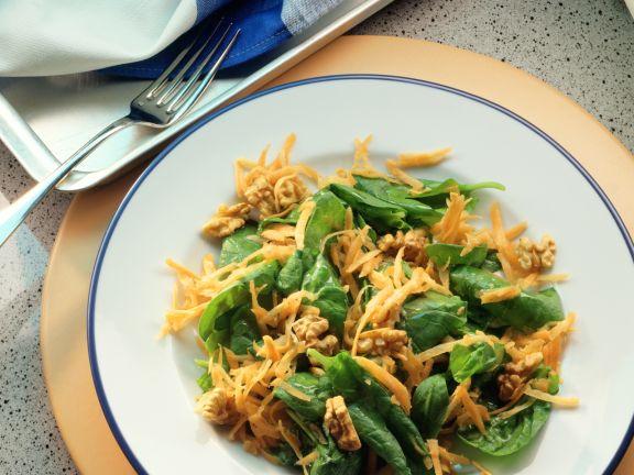 Spinatsalat mit Möhren und Walnüssen