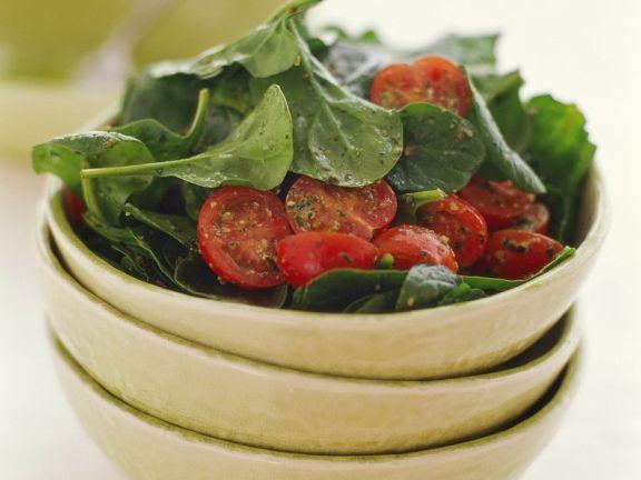 Spinatsalat mit Tomaten