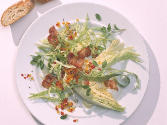 Spitzkohlsalat mit geröstetem Speck