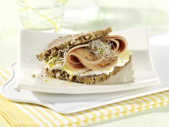 Sprossen-Sandwich mit Putenwurst