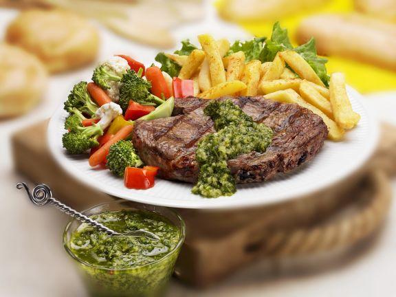 Steak aus der Hochrippe mit Kräutersoße, Pommes frites und buntem Gemüse