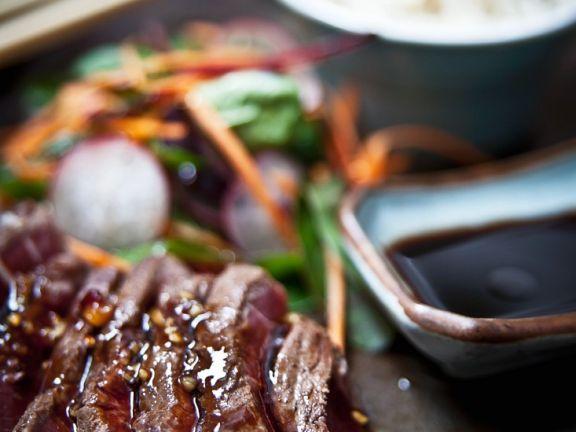 Steak in Teriyaki-Sauce mit Udon und Dashibrühe