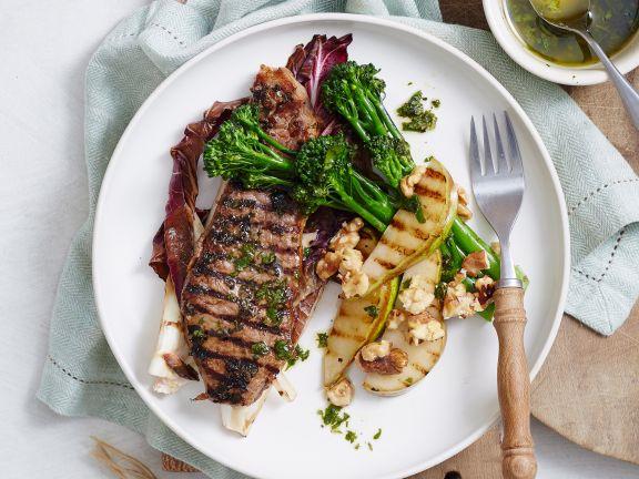 Steak mit Brokkoli, Radicchio und Birne