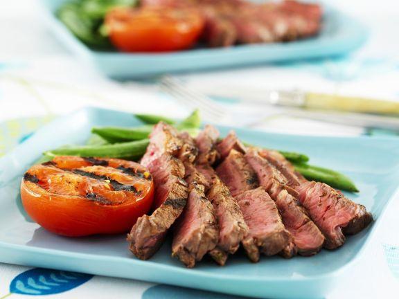 Steak mit grünen Bohnen und Grilltomate