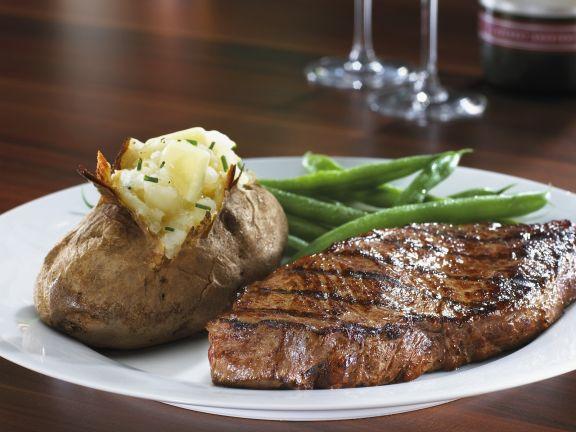 Steak mit Ofenkartoffel und grünen Bohnen