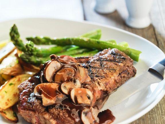 Steak mit Spargel und Pilzsauce