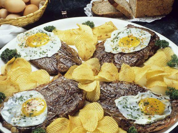 Steak mit Spiegelei und Kartoffelchips