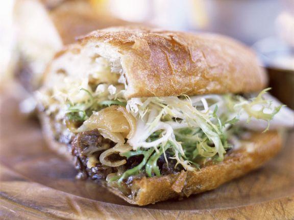 Steak-Sandwich mit Zwiebeln und Salat