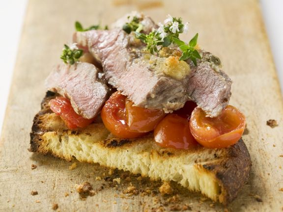 Steak-Streifen auf Tomatenröstbrot
