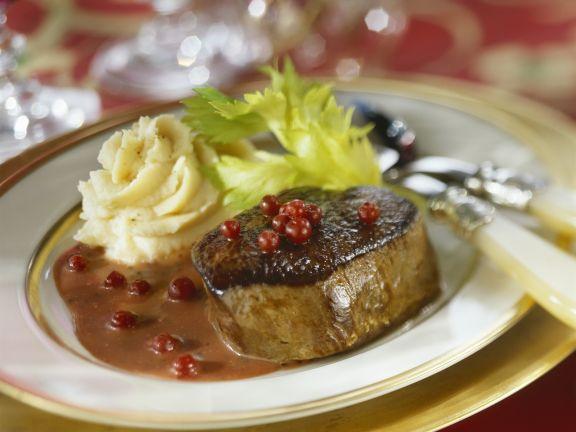 Steak vom Hirsch mit Preiselbeersoße und Selleriebrei
