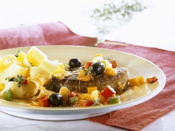 Steak vom Strauß mit Gemüse und Pasta