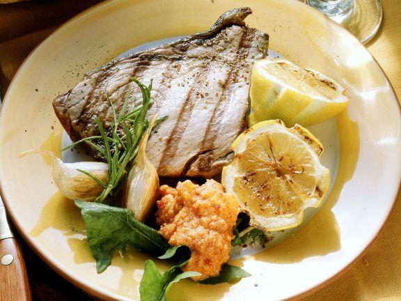 Steak vom Thunfisch mit pikantem Dip