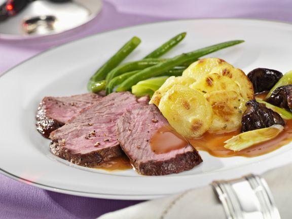 steaks vom rinderr cken mit kartoffelgratin und bohnen rezept eat smarter. Black Bedroom Furniture Sets. Home Design Ideas