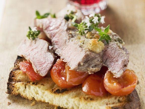 Steakstreifen mit Tomaten auf Röstbrot