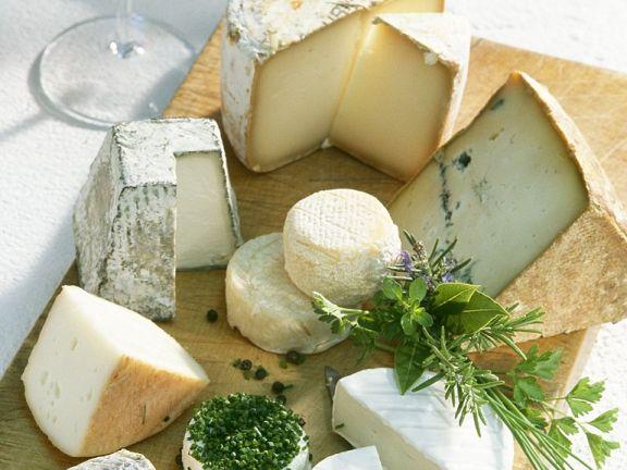 Stilleben mit französischen Käsesorten und Rotwein