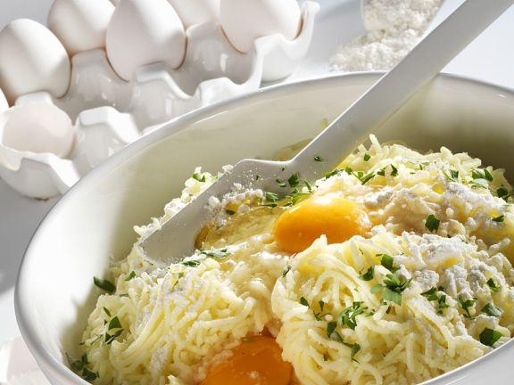 Stilleben mit Zutaten für Kartoffelknödel