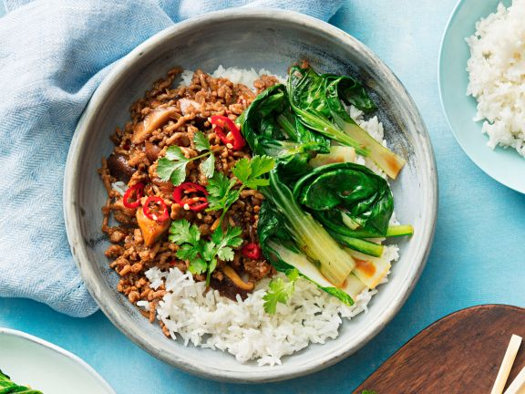 Stir-Fry mit Hackfleisch, Shiitake und Paksoi auf Reis
