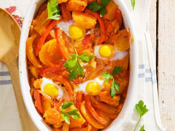 Stockfisch mit Gemüse und Eiern um Ofen gebacken