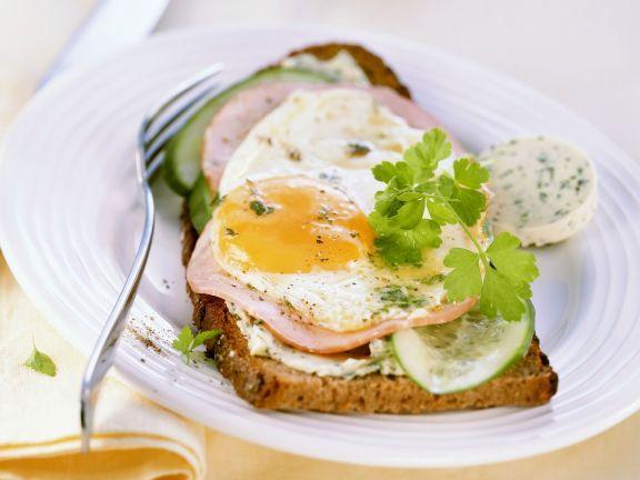 Brot mit Kräuterbutter, Schinken, Gurke und Spiegelei (Strammer Max)