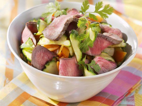 Streifen vom Filetsteak mit Gemüsesalat und Koriander
